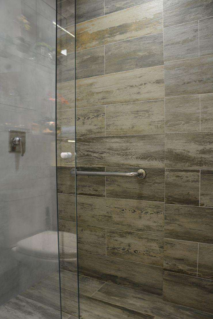 Banheiro Residencial Graça Brenner Arquitetura e Interiores Banheiros modernos Cerâmica Efeito de madeira