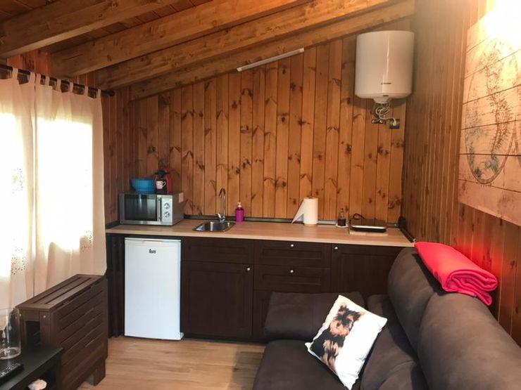 Cocina y salón comedor en espacio abierto Construcción de casetas de Madera en Madrid Cocinas pequeñas Madera Acabado en madera