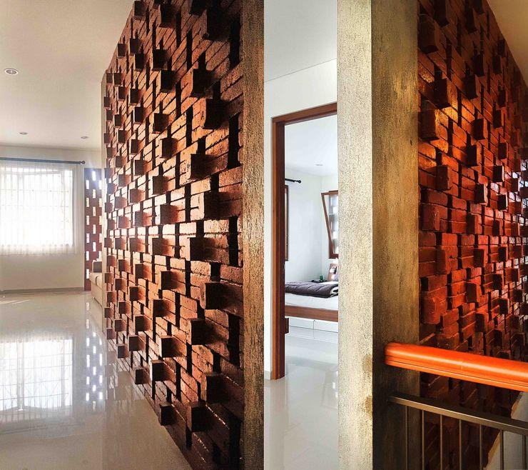 Mandalananta Studio Tropical style corridor, hallway & stairs Bricks Amber/Gold
