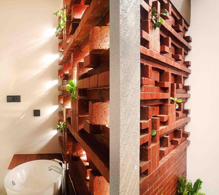 Mandalananta Studio Tropical style bathroom Bricks Amber/Gold