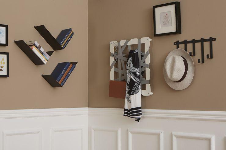 Soggiorno con alle pareti mensole BOOMERANG, portaoggetti GLAM e appendiabiti NOTES Mipiacemolto CasaAccessori & Decorazioni Metallo