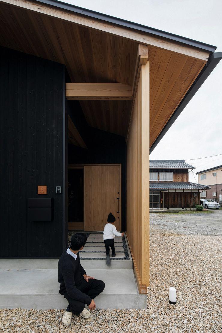 ALTS DESIGN OFFICE Asian style corridor, hallway & stairs