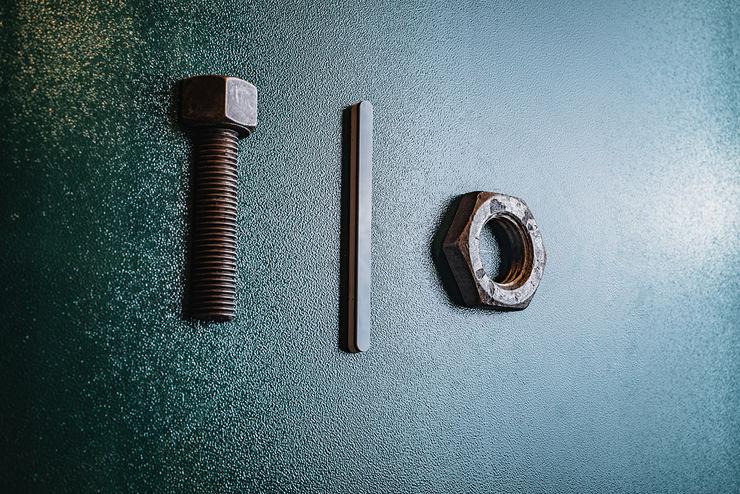 Dettaglio porta bagno manuarino architettura design comunicazione Bar & Club in stile industrial Ferro / Acciaio Verde