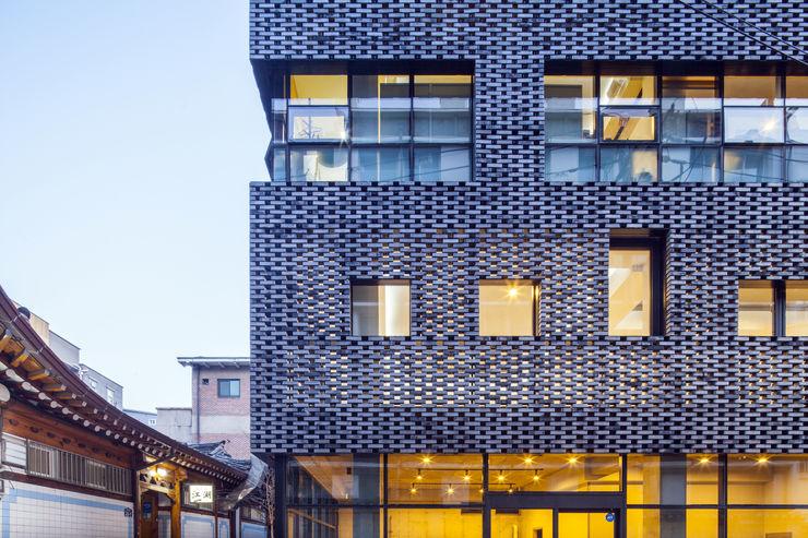 (주)건축사사무소 더함 / ThEPLus Architects 現代房屋設計點子、靈感 & 圖片