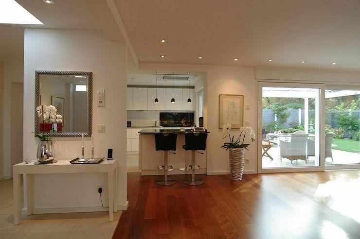 Küche mit Bar schüller.innenarchitektur Küchenzeile Holz Weiß