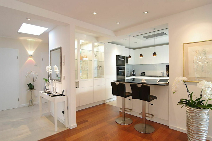 Küchenlandschaft schüller.innenarchitektur Einbauküche Holz Weiß