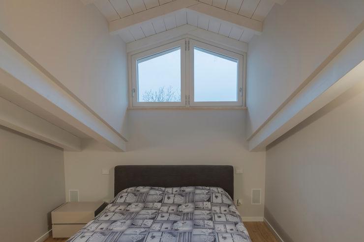 VILLE COLOMBERA – FINITURE ed INTERIOR DESIGN, Contemporaneo/Moderno 2.0 2P COSTRUZIONI srl Camera da letto moderna
