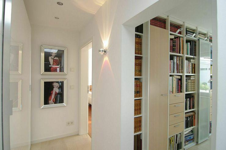Diele, Bibliothek schüller.innenarchitektur Moderner Flur, Diele & Treppenhaus Glas Weiß