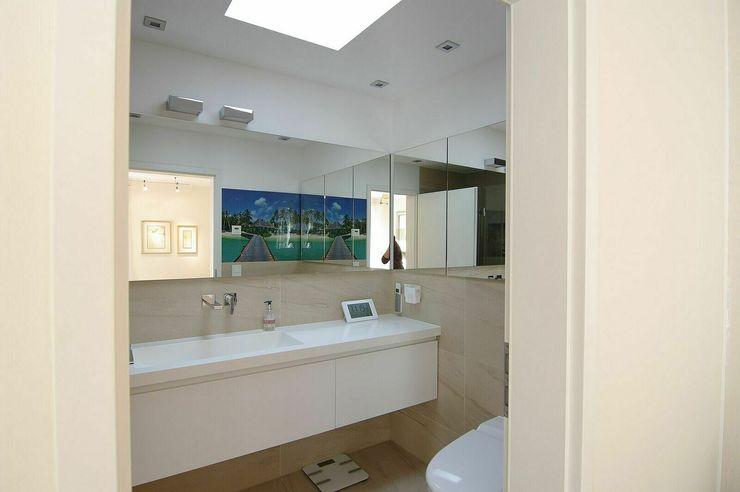 Badbereich schüller.innenarchitektur Moderne Badezimmer Glas Weiß