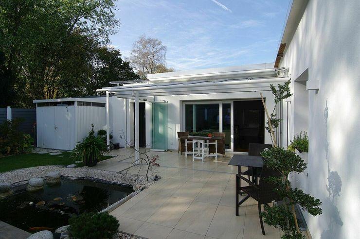 Außenansicht mit Gartenterrasse schüller.innenarchitektur Asiatischer Balkon, Veranda & Terrasse Fliesen Beige