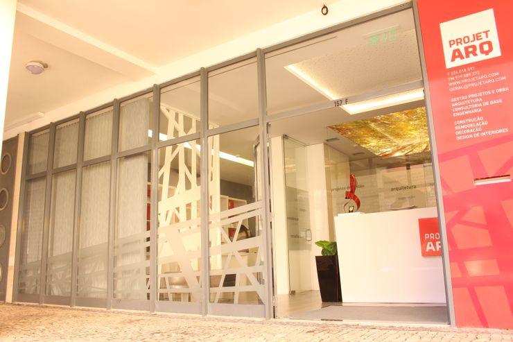 Entrada da Projetarq PROJETARQ Edifícios comerciais modernos Castanho