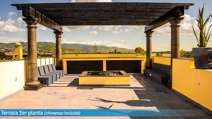 Terraza con fogatero VillaSi Construcciones Balcones y terrazas rústicos