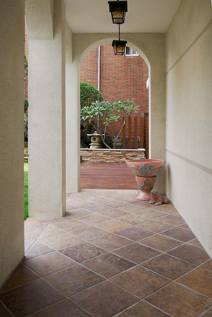 拱形廊道 大地工房景觀公司 Tropical style corridor, hallway & stairs