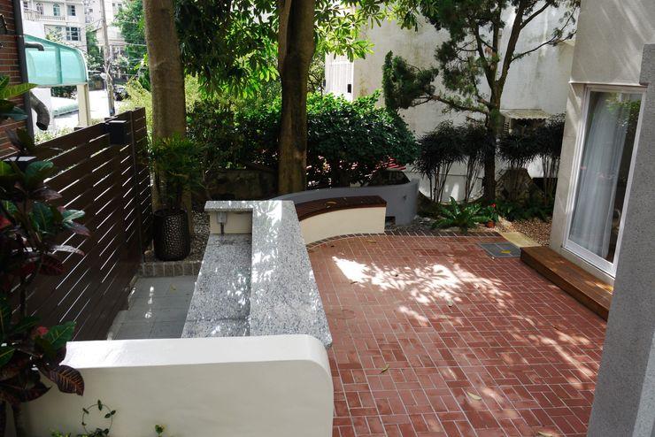 庭院後方吧台 大地工房景觀公司 Tropical style balcony, veranda & terrace Red