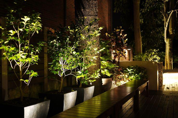 坐在長椅上享受夜晚微風徐徐 大地工房景觀公司 Front yard