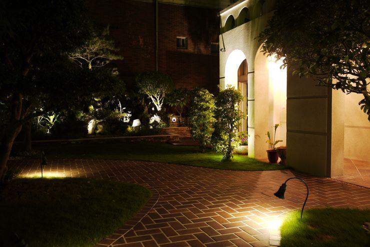 白色屋子搭配紅磚步道與室外的綠意,在夜晚燈光照明下別有風情 大地工房景觀公司 Front yard