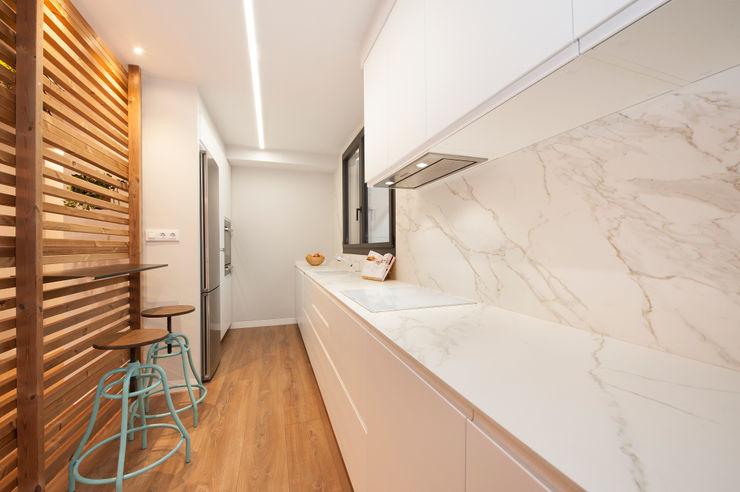 Cocina blanca con revestimiento imitación a mármol Sincro Módulos de cocina Tablero DM Blanco