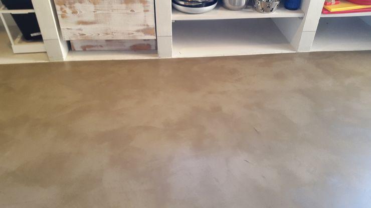Rivestimento contimuo di pavimento con resina biomalta Marcello Gavioli Cucina attrezzata