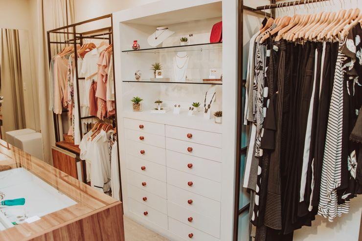 Aline Dinis Arquitetura de Interiores Offices & stores Wood White