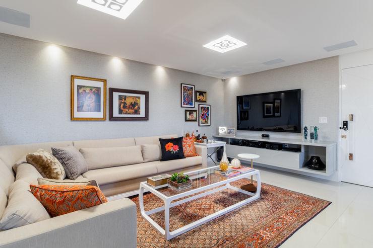 Sala de estar/ Sofá/ Mesa de centro/ Aparador Arquitetura Sônia Beltrão & associados Salas de estar modernas