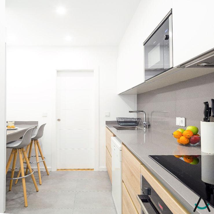 Proyecto Gran Via Estudi Aura, decoradores y diseñadores de interiores en Barcelona Cocinas pequeñas Madera Blanco