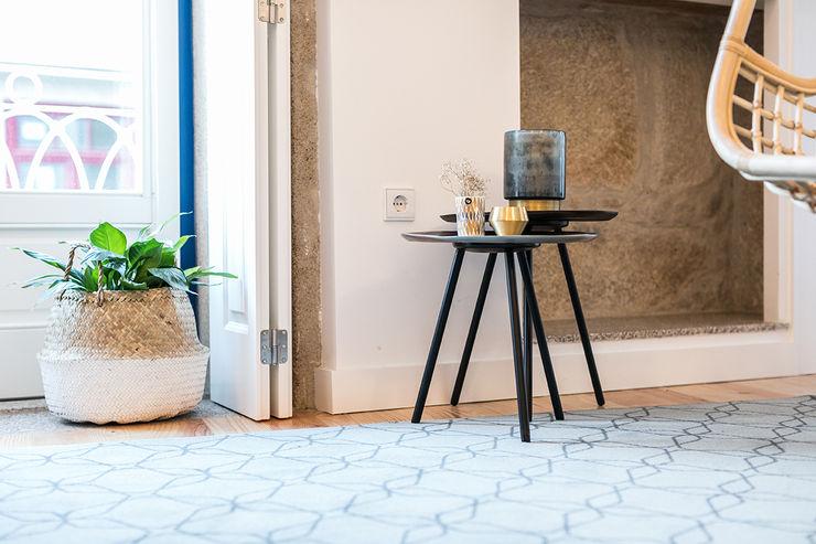 Mesas de apoio - Janelas de S. Bento, Porto - SHI Studio Interior Design ShiStudio Interior Design Sala de estarBancadas e bandejas