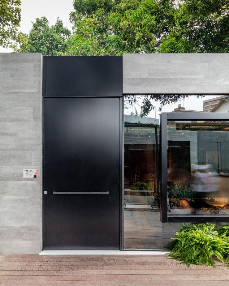 Sala da Imagem e do Som   Casa Cor PE 2018   Detalhe Fachada Arquitetura Sônia Beltrão & associados Janelas e portasPortas Alumínio/Zinco Preto