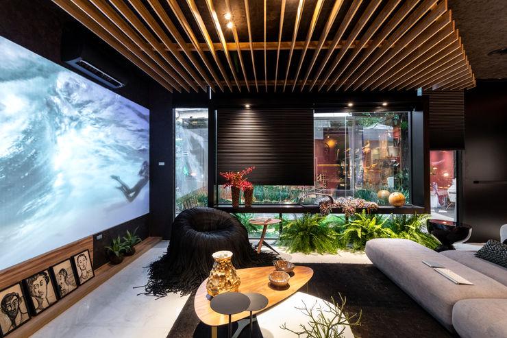 Sala da Imagem e do Som   Casa Cor PE 2018   Detalhe integração Interior/Exterior Arquitetura Sônia Beltrão & associados Salas de estar modernas Preto