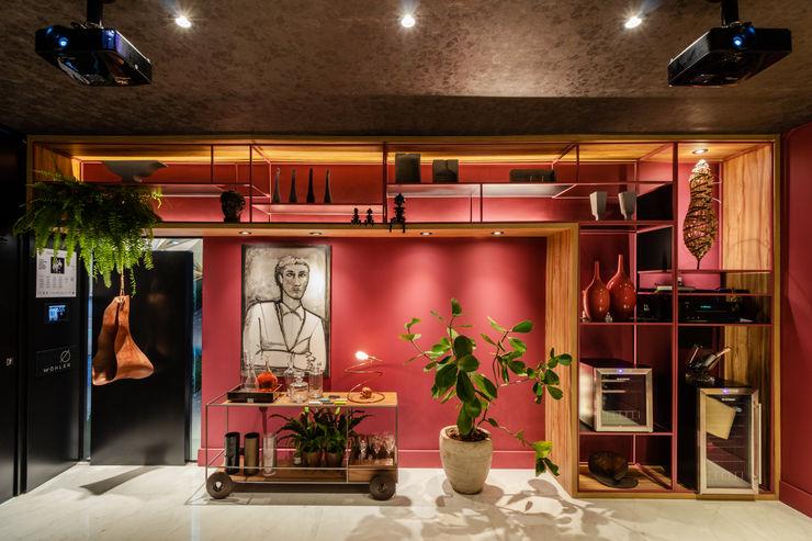 Sala da Imagem e do Som   Casa Cor PE 2018  Design x Obra de Arte Arquitetura Sônia Beltrão & associados Sala de estarArmários e arrumação Ferro/Aço Vermelho