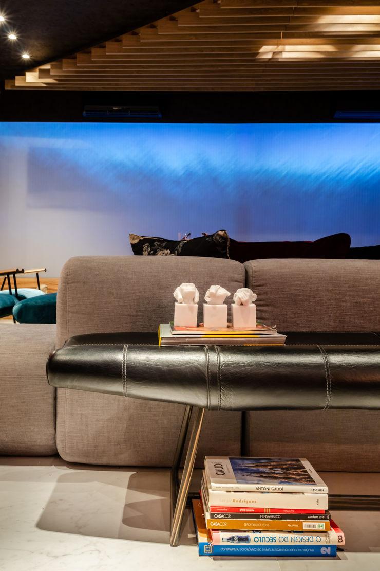Sala da Imagem e do Som   Casa Cor PE 2018   Design x Tecnologia Arquitetura Sônia Beltrão & associados Corredor, hall e escadasSofás, cadeiras e bancos Pele Preto