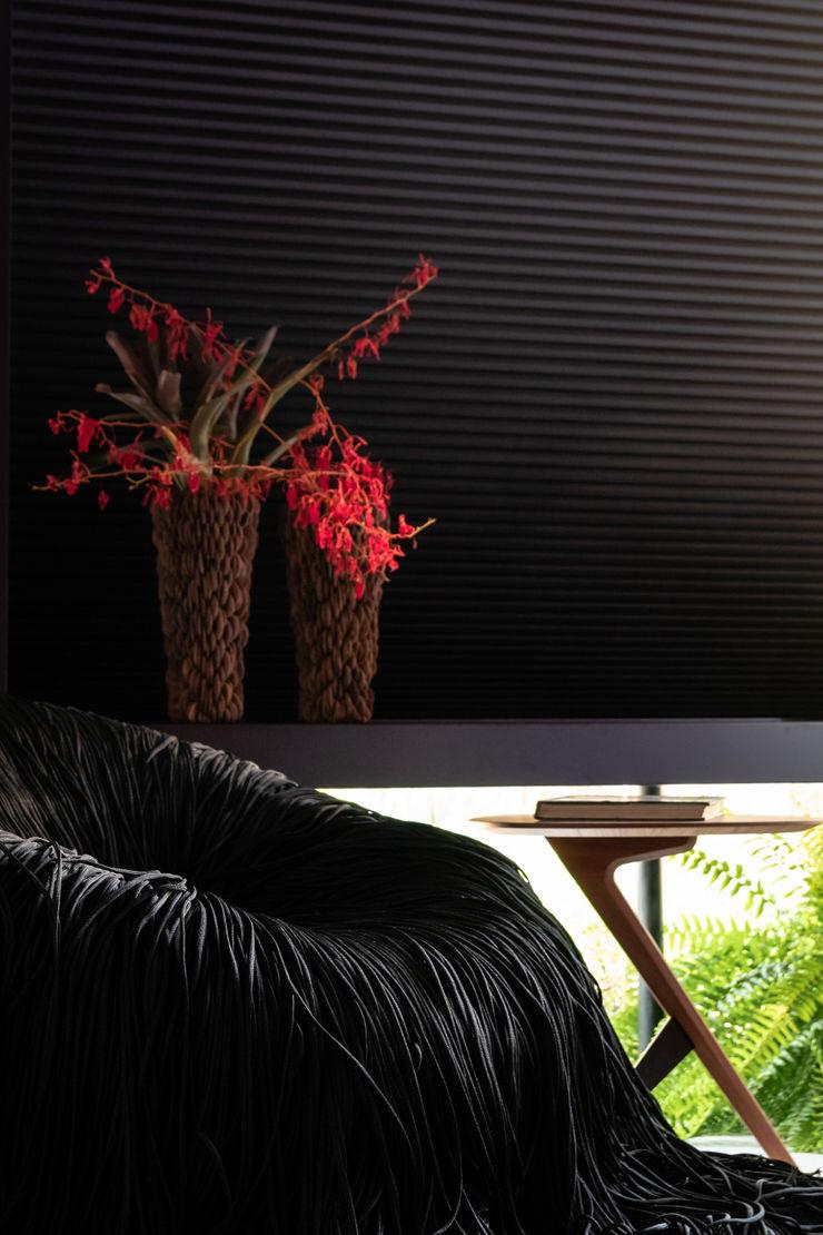 Sala da Imagem e do Som   Casa Cor PE 2018   Design/Natureza Arquitetura Sônia Beltrão & associados Janelas e portasDecoração de janela Preto