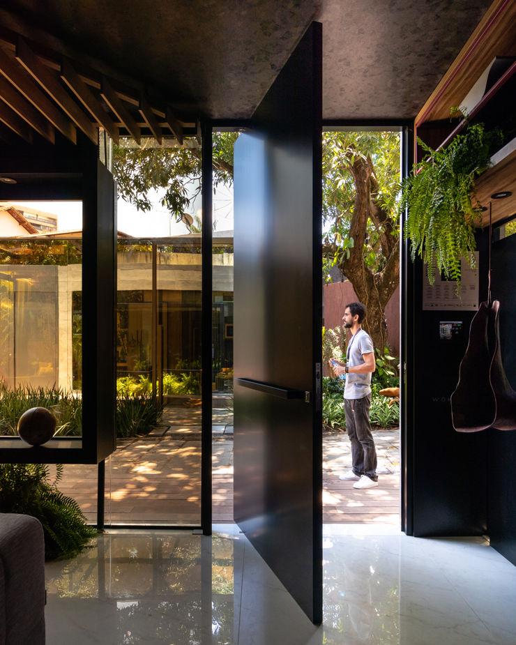 Sala da Imagem e do Som   Casa Cor PE 2018   Detalhe acesso Interior/Exterior Arquitetura Sônia Beltrão & associados Janelas e portasPortas Alumínio/Zinco Preto