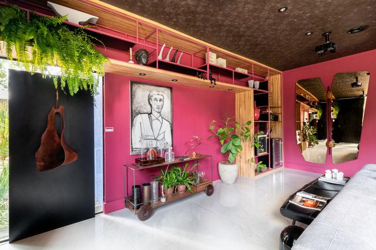 Sala da Imagem e do Som   Casa Cor PE 2018   Design Arquitetura Sônia Beltrão & associados Sala de estarEstantes Madeira Vermelho