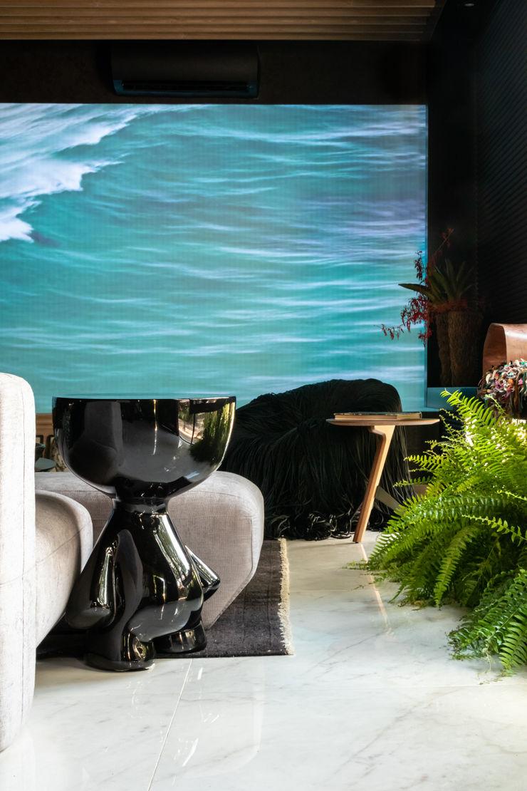 Sala da Imagem e do Som   Mesa Toy  Casa Cor PE 2018   Design Arquitetura Sônia Beltrão & associados Salas de multimédiaAcessórios e decoração Preto
