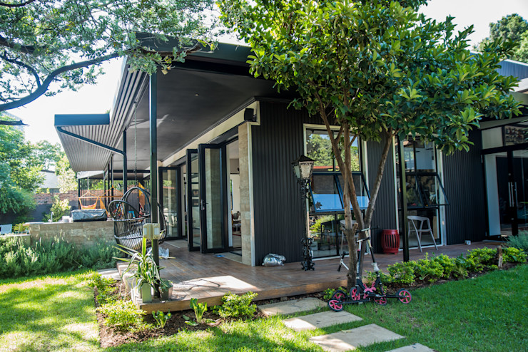 Merging the outdoors with the interiors TOP CENTRE PROPERTIES GROUP (PTY) LTD Eclectic style gardens