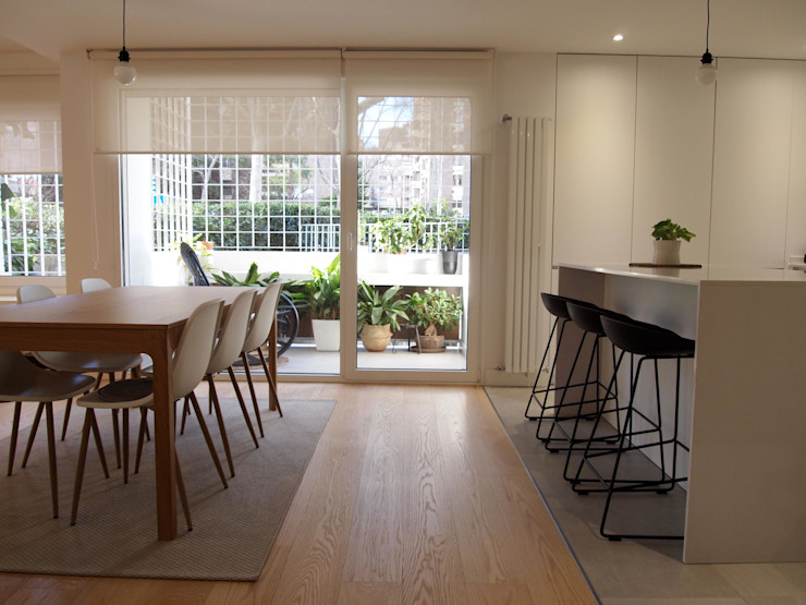 Cocina con isla abierta a comedor. Reformmia Salones de estilo moderno