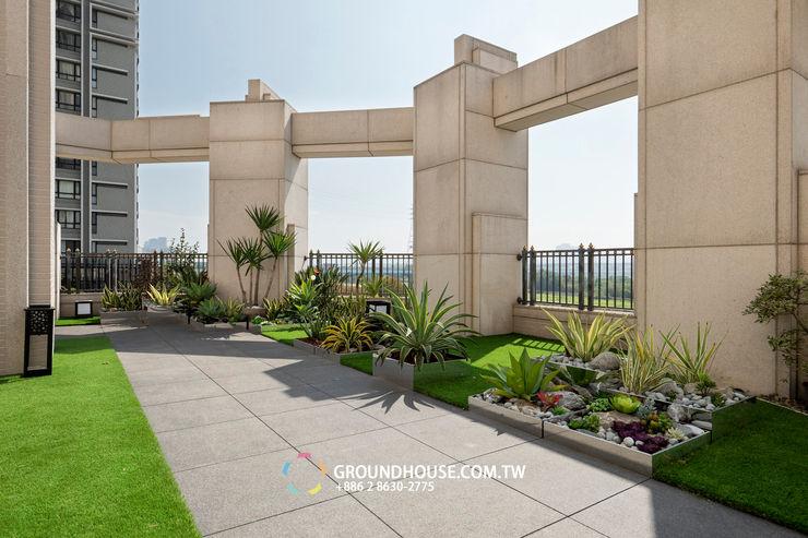 舖上草皮也整個空間也耳目一新 大地工房景觀公司 Tropical style balcony, veranda & terrace