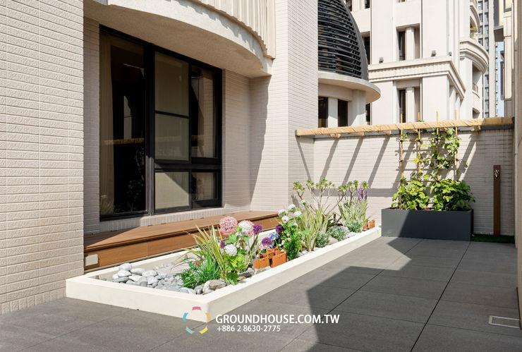 邊牆上也搭建籬笆種植藤類植物 大地工房景觀公司 Tropical style balcony, veranda & terrace