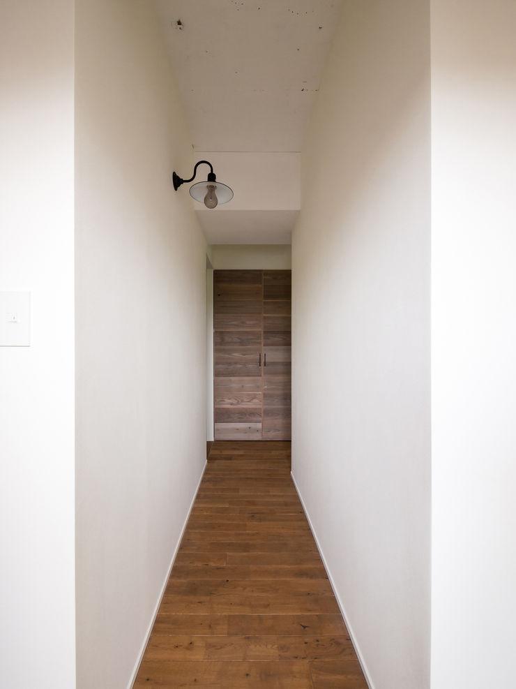 株式会社エキップ Modern Corridor, Hallway and Staircase Solid Wood Wood effect