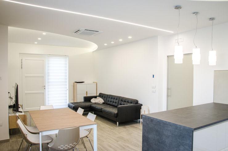 Una casa riportata a nuova vita - 120 mq Studio ARCH+D Soggiorno moderno Bianco