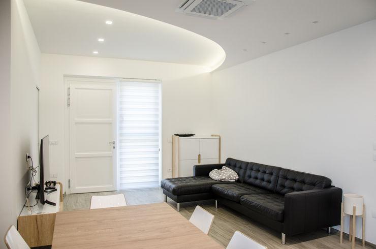 Una casa riportata a nuova vita – 120 mq Studio ARCH+D Soggiorno moderno