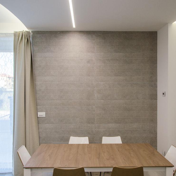 Una casa riportata a nuova vita – 120 mq Studio ARCH+D Pareti & Pavimenti in stile moderno Ceramica Marrone