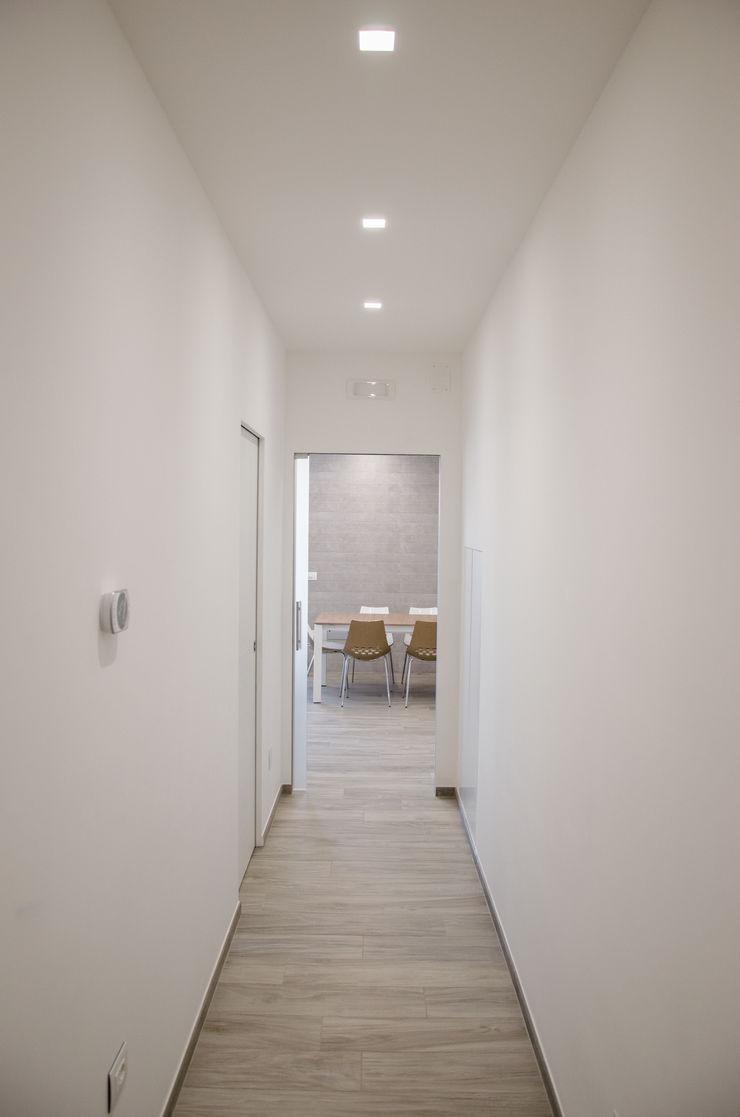 Una casa riportata a nuova vita – 120 mq Studio ARCH+D Ingresso, Corridoio & Scale in stile moderno Bianco