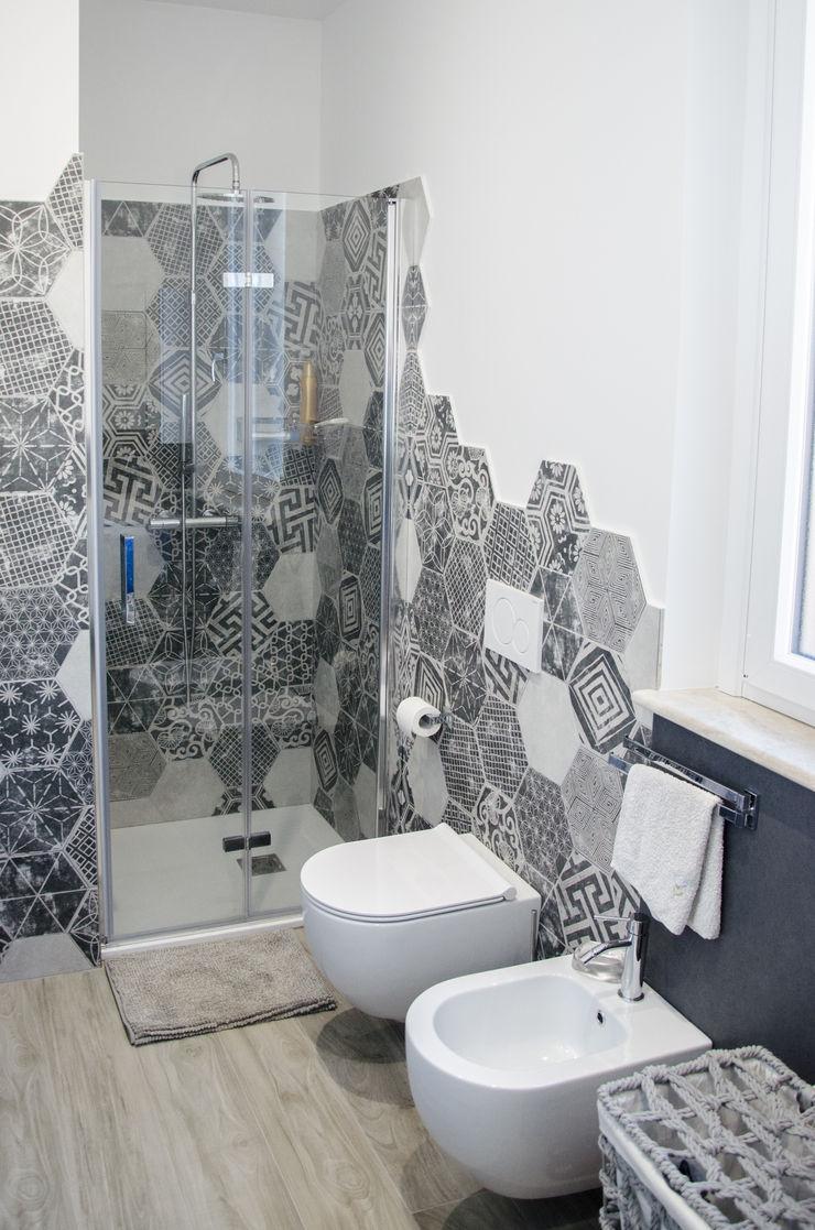 Una casa riportata a nuova vita – 120 mq Studio ARCH+D Bagno moderno Ceramica Grigio