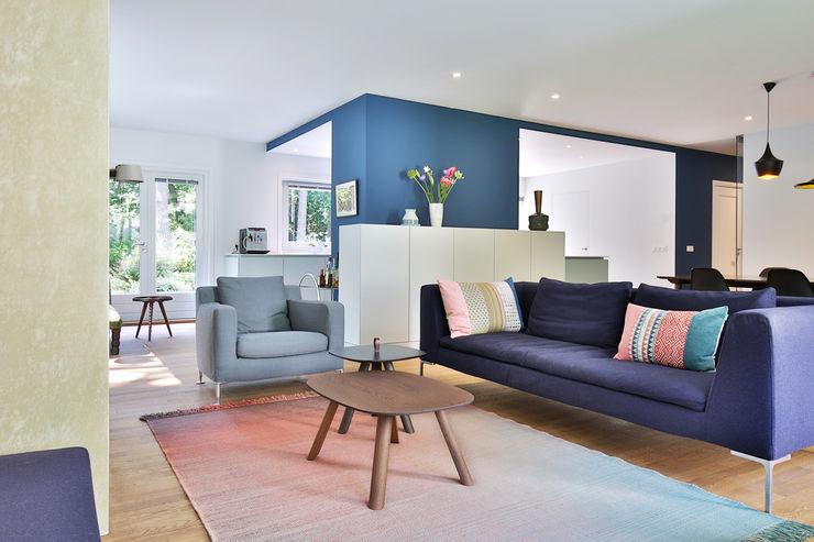 Open woonkamer met complete maatwerk kasten StrandNL architectuur en interieur Moderne woonkamers