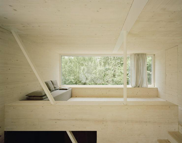 Wohnzimmer mit Fenster ins Grüne AMUNT Architekten in Stuttgart und Aachen Ausgefallene Wohnzimmer Holz Beige