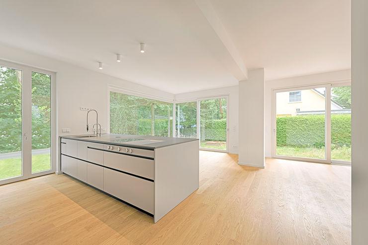 Haus am Petzinsee II wolff:architekten Küchenzeile Weiß
