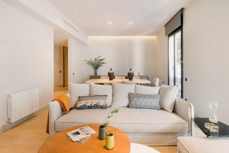 Home Staging de Lujo para Vivir en Barcelona Markham Stagers Salones de estilo moderno Gris