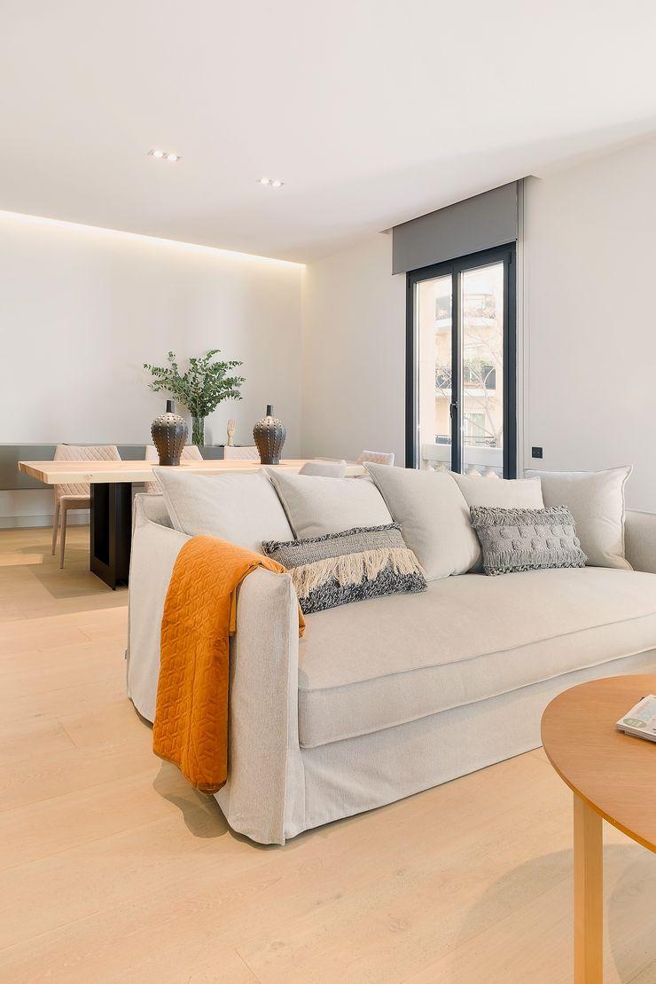 Home Staging de Lujo en Barcelona Markham Stagers Salones de estilo moderno Gris