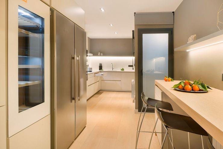 Home Staging de Lujo en Barcelona Markham Stagers Cocinas de estilo moderno Gris